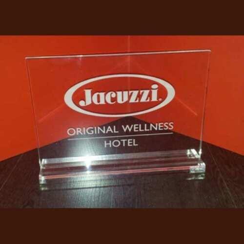 Plaque plexiglas gravé Distributeurs Jacuzzi. En transparent, collée sur son piédestal, logo et texte sont marqués au laser au verso