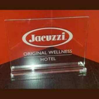 Targa plexiglass promozionale Jacuzzi per i distributori dei prodotti del marchio. In trasparente, logo e testo sono marcati a laser