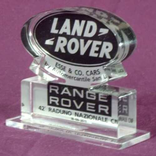Plaque plexiglas logo Land Rover sur transparent, marque découpée au laser. Sur la forme obtenue est appliqué le logo imprimé contourné.