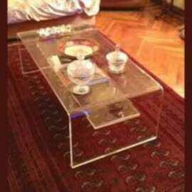 Table de salon grande plexiglas à pont en transparent 15 mm. construction en « U » inversé. Une étagère peut être placée dessous. 130 cm.