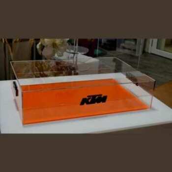 Teca espositiva plexiglass doppia fermi a logo. E un espositore da banco per KTM. Personalizzazione con originale chiusura fatta col marchio