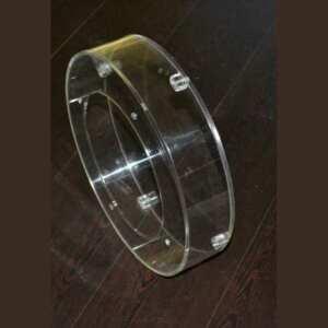 Carter de protection plexiglass à boitier fabriqué pour contenir une pièce mécanique. 4 petits cubes filetés pour vis ferment la partie plate