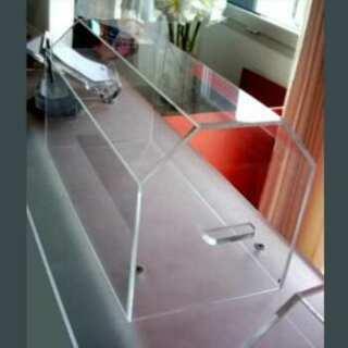 Carter en plexiglass protection machine a coudre des années 50, sa forme arrondie est donnée par 3 pièces aux bords à biseau, collés