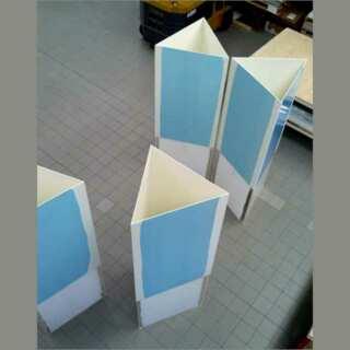 Vista dell'interno del totem triangolare plexiglass e PVC