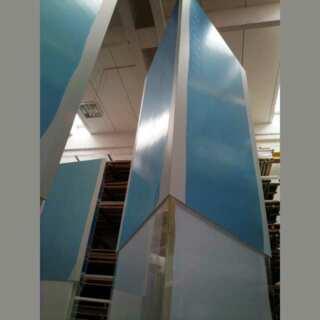 totem plexiglass pvc triangolare altezza 300 cm prima della personalizzazione