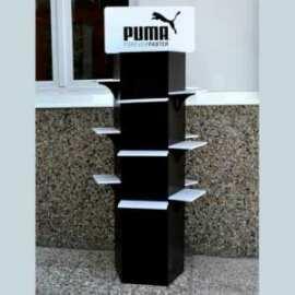 Totem economico porta scarpe della PUMA, realizzato in PVC nero.