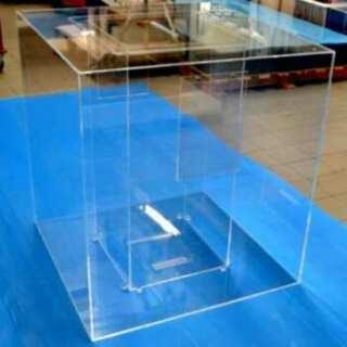 Urne plexiglas géante hall Aéroport Marconi, composée de 2 urnes, la petite est positionnée à l'intérieur de la seconde qui est un gros cube.