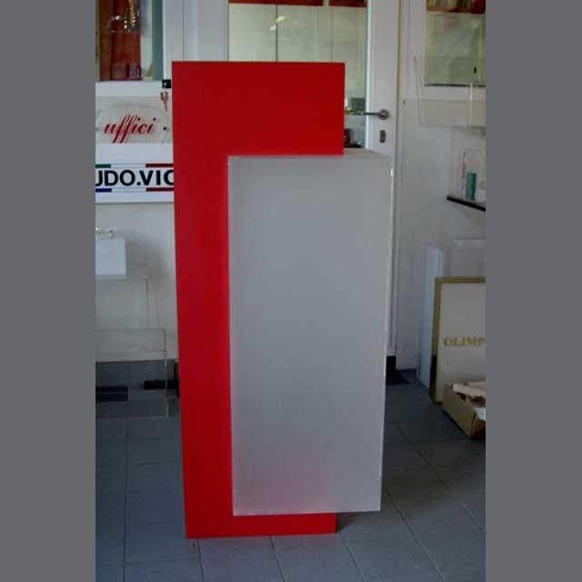 Urne de sol plexiglass satiné et PVC rouge encastrés