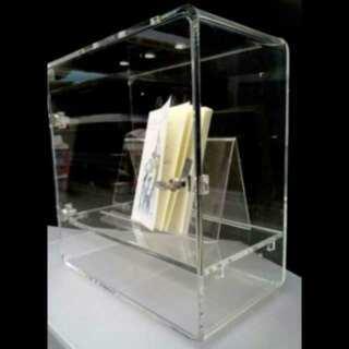 Elegante vitrine thermoformée plexiglas avec clé, angles arrondis par thermo pliage, 1 étagère. Elle peut être posée ou accrochée au mur