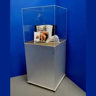 Bella vetrina plexiglass espositiva a colonna o cubo vetrina. Espositore da terra con una colonna in plexiglass satinato e un cubo vetrina