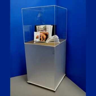 Belle vitrine plexiglas a cube et son piédestal sur roues, cube vitrine, avec colonne vitrine plexiglas satiné et cube vitrine transparent