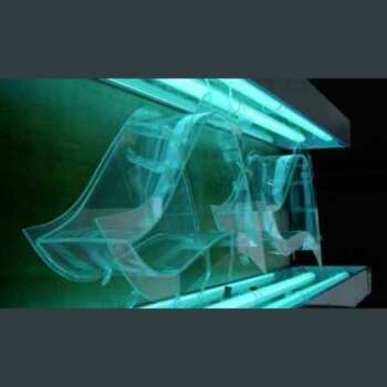 Vetrina plexiglass sagomata trasparente è modellato per ottenere quella forma ondeggiante. Sono 2 vetrine montate ad incastro in una parete