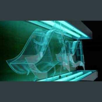 Vitrine plexiglas encastrée dans un mur de stand façonnée à forme de vague. Ce sont 2 vitrines à forme ondulée emboîtées dans une paroi.
