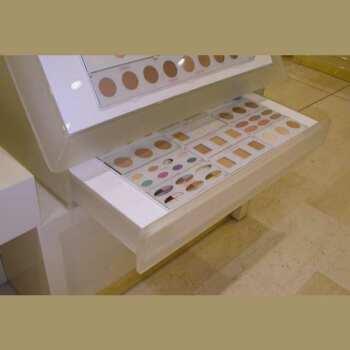 Cassettiera espositore plexiglass satinato e opal per profumerie con specchiera fatta su misura per i campioni di trucco/make-up della marca.
