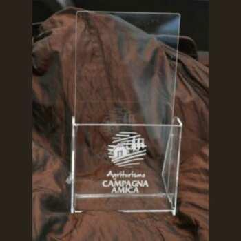 Delicato portadepliant trasparente inciso in plexiglass. Una tasca singola con incisione di un logo immagine e del marchio, spesso 3 mm