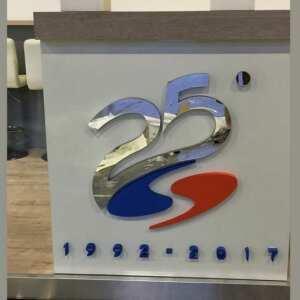 Logo polystirène anniversaire de société placé sur un mur interne. De grande dimension, coloré et joyeux, le client a obtenu l'effet désiré