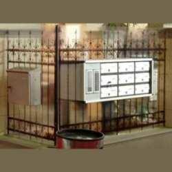 Impression trompe l'oeil sur plexiglas d'une clôture en fer forgé ou illusion d'optique possible seulement avec la transparence du plexiglas