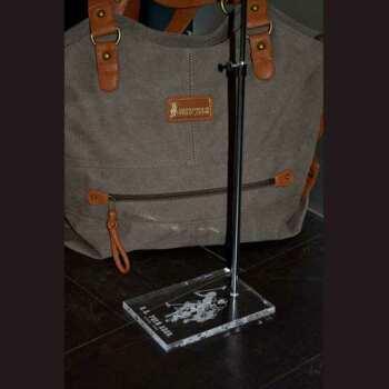 Présentoir porte-sac plexiglas gravé USPolo trés élégant. Le brand des produits de luxe choisit ses présentoirs avec le même soin que pour ses produits