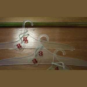 Cintres plexiglas décorés numérotés petits lots pour cabinets salons , coiffure, qui ont un garde robe. Numero sur cintre et sur chaînette