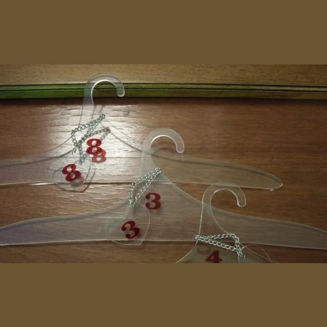 grucce attacapani plexiglass con numeri per capotti negozi ambulatori