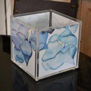 Lampe cube plexiglas aquarelles avec poches sur les 4 côtés pour de vraies aquarelles qui tireront profit de la lumière douce de la lampe