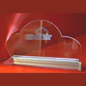 Etagère murale plexiglas éclairée à led 10 mm, munie d'une barre de led qui illuminent le logo gravé et décoré, placé sur chaque étagère