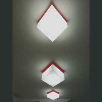File de Plafonniers en plexiglas à losange est une pièce d'une file faite de plusieurs losanges de même dimension et couleur opale et bord rouge