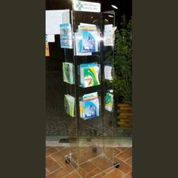 Ce porte-dépliant plexiglass de sol à roulettes est une colonne carrée mobile. 12 poches A4 profondes de 5 cm pour revues, 3 de chaque côté