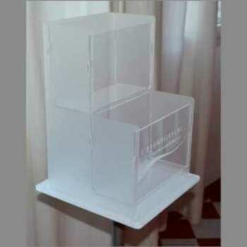Raffinato Portadepliant in plexiglass satinato e trasparente, Marchio inciso a laser. Due tasche capiente di altezza diversa, montato su palo