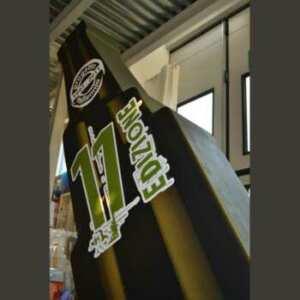 Sagoma polistirolo bottiglia per evento. Rappresenta una bottiglia di altezza 240 cm ed è fortemente inclinata. Tuttavia è autoportante!!