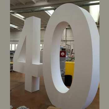 Logo géant polystyrène autoportant anniversaire de société en polystyrène haute densité. Chiffres de 50 cm et la hauteur atteint 300 cm.