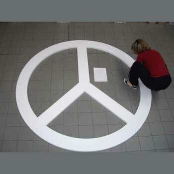 sagoma polistirolo simbolo pace diam 250 cm in lavorazione
