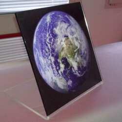 """Impression directe sur plexiglass cadre pour chambre d'enfant: la terra. Cadre plié a """"L"""" . A mettre sur une table, une étagère ou un bureau."""