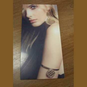 Un autre impression directe sur plexiglas transparent d'un portrait de femme pour faire la publicité de bijoux. C'est un cadre mural