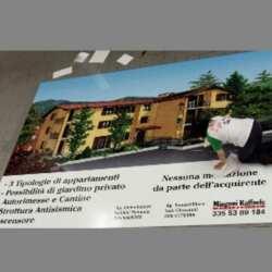 Impression promotionnelle grand format une publicité pour la vente d'appartements. Nous réalisons cette impression publicitaire sur du PVC souple, il est muni d'œillets pour ensuite le fixer sur le chantier.