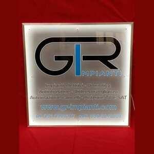 Plaque lumineuse plexiglas massif gravé en matériel épais. Ses coloris noir et bleu sont en PVC adhésif et un contour de LED pour l'éclairage