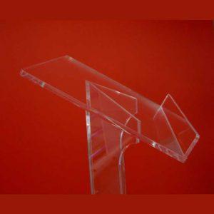 Détail du Pupitre de conférence plexiglas colonne angulaire entièrement rèalisé en transparent lumineux de 10 mm. Sa forme est épurée et élancée