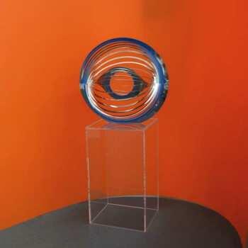 Piedistallo in plexiglass portaoggetto decorativo a forme di parallelepipedo a 5 lati. In transparente 3 mm, alto 50 cm supporta una decorazione metallica
