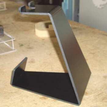 Ce support simple en PVC noir thermoplié est en 10mm. Ce socle est un présentoir qui supporte un produit léger, comme son prix économique!