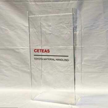 Elégant pupitre de conférence en plexiglas Toyota realisé en transparent. Forme élancée et décoration logo et lettres en en PVC adhesif