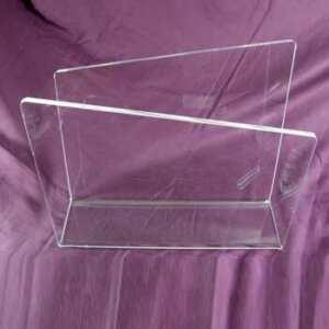 Portariviste plexiglass trasparente a pareti sfalsate in 10 mm di spessore. Di fattura semplice, è tagliato a laser con 2 piegature a caldo.
