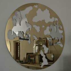 Cadre decor plexiglass miroir doré rond découpé au pantographe pour le client artiste. Le plexiglas suggerisce et se prête à la créativité.
