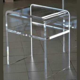 """Table de nuit en plexiglas thermoformée avec étagère de la famille des tables a """"U"""" renversée. Celle-ci, en 20 mm est beaucoup plus petite"""