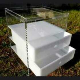 Très jolie table basse à tiroirs opale plexiglas transparente, tiroirs opale. Table de chevet,commode d'appoint, tout dépend des dimensions!