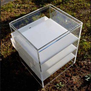 Molto grazioso comodino plexiglass trasparente e opal, è un tavolino, piccolo comò o un mobile da ufficio, tutto dipende dalle sue dimensioni