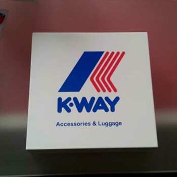 Beau Presse-papiers design impression K-way, logo très coloré, surface d'un blanc brillant. Excellent moyen de diffuser votre publicité