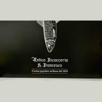 """Insegna alluminio piegato composito, nero opaco, pannello ripiegato per vecchio muro di una """"foccaceria"""", con PVC adesivo bianco lucido"""