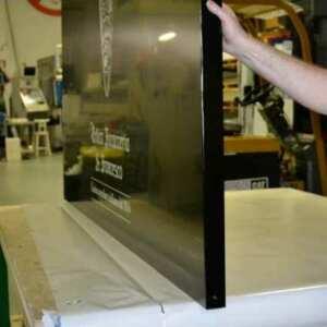 """Enseigne aluminium composite plié noir opaque, replié pour s'encastrer sur le vieux mur d'une """"foccaceria"""" du centre, et PVC adhésif blanc"""