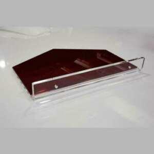 Étagère plexiglas complément de mobilier 10 mm pour salon de coiffure. Cintres en 5 mm. Tous sont en transparent et rouge translucide.