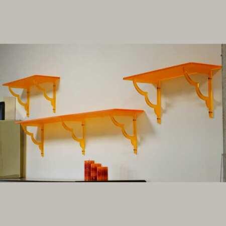 Mensole plexiglass con reggi-mensole traforate arancio fluo, una luce fantastica nella stanza dove sono presenti solo mobili in legno scuro.